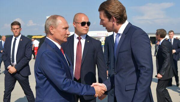 Президент РФ Владимир Путин и федеральный канцлер Австрии Себастьян Курц в аэропорту Граца. 18 августа 2018