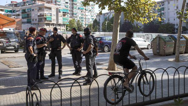 Каталонская полиция рядом с местом, где мужчина пытался напасть на сотрудников полиции в Корнелья-де-Льобрегат. 20 августа 2018