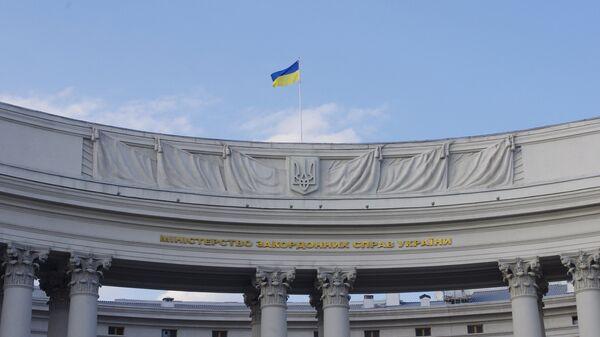 Государственный флаг на здании министерства иностранных дел Украины в Киеве