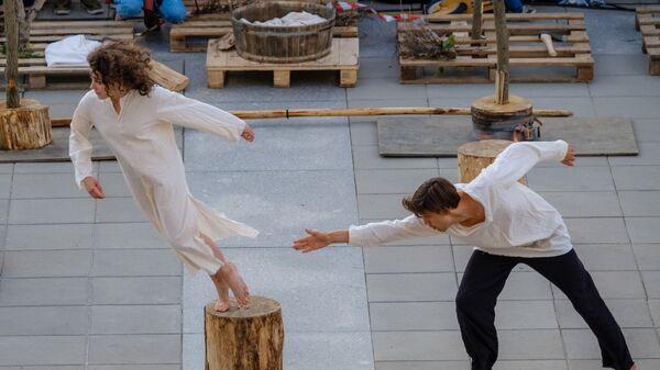 Участники открытого перформанса мастерской Дмитрия Брусникина Лес, проходящего в рамках открытия XX Международного фестиваля современного танца Open Look в Санкт-Петербурге