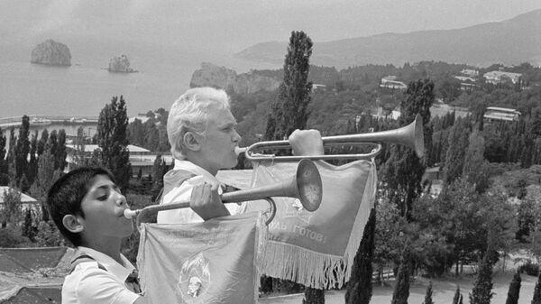 Горнисты всесоюзного лагеря Артек играют утреннюю побудку