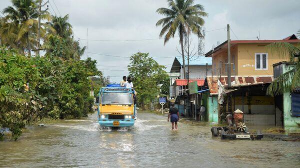 Затопленная дорога в Паравуре на окраине Кочи в южно-индийском штате Керала. 20 августа 2018