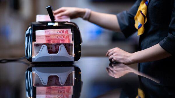 Китайские юани в отделении банка в Шанхае. Архивное фото