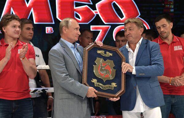 Президент РФ Владимир Путин и генеральный директор ГБОУ Центр спорта и образования Самбо-70 Москомспорта Ренат Лайшев