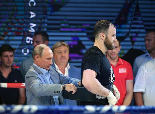 Президент РФ Владимир Путин на церемонии награждения победителей международного турнира по боевому самбо «Плотформа S-70»