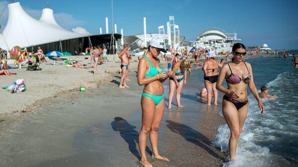 Отдыхающие на пляже в поселке Поповка в Крыму