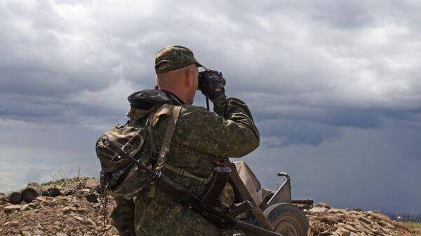 Военнослужащий Народной милиции ЛНР на позициях у линии соприкосновения в Донбассе. Архивное фото