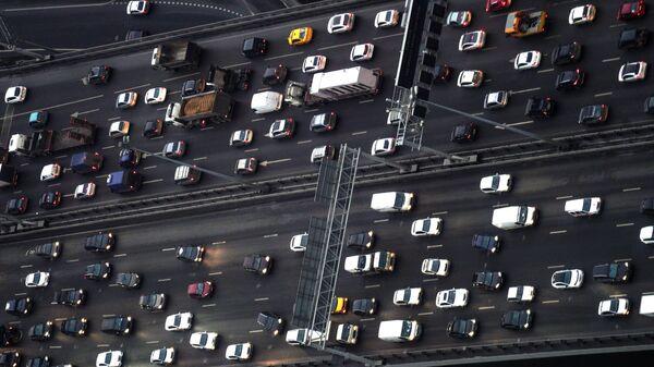 Автомобили на третьем транспортном кольце в Москве