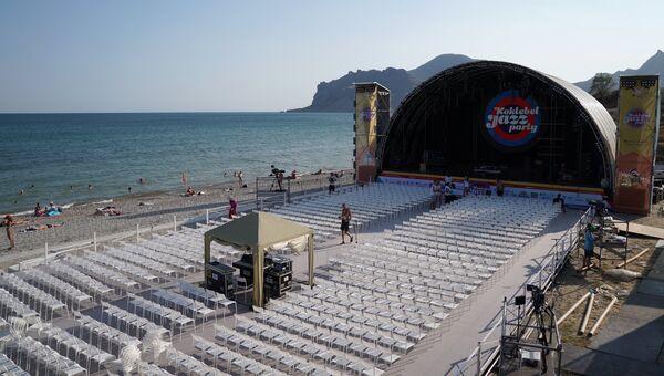 Рабочие укладывают покрытие на площадке перед сценой накануне открытия музыкального фестиваля Koktebel Jazz Party 2018