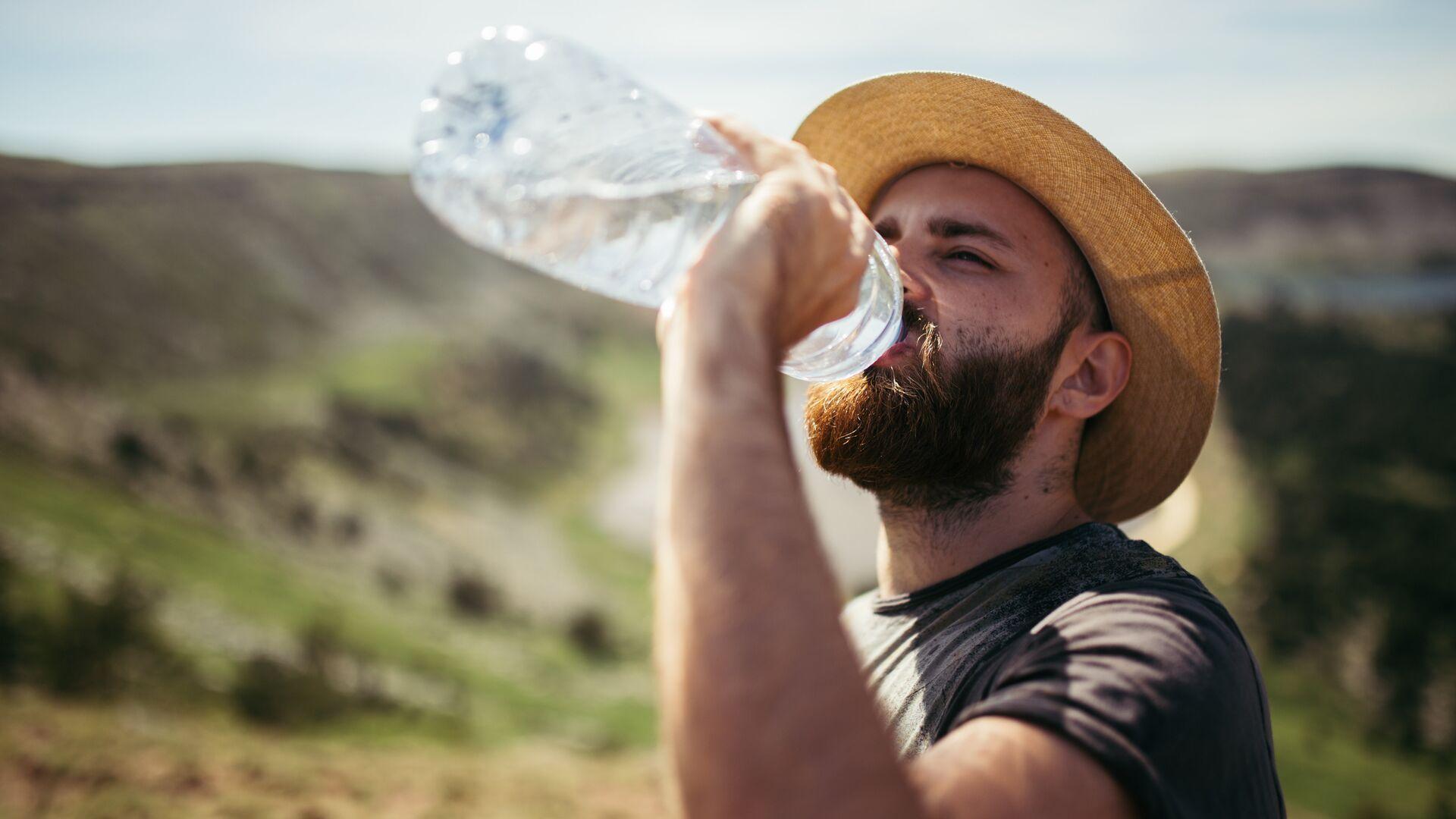 Турист пьет воду - РИА Новости, 1920, 07.07.2021