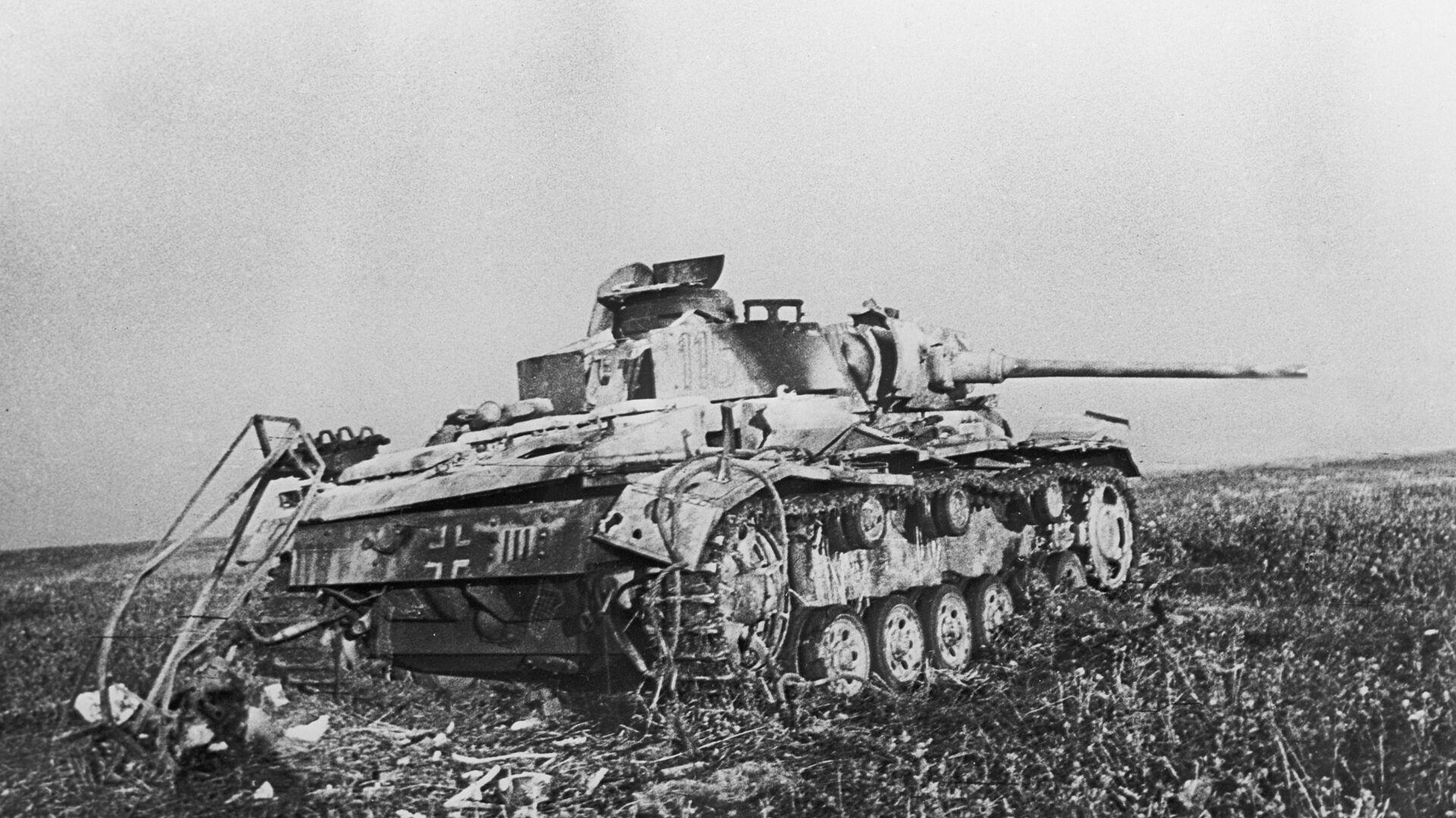 Подбитый фашистский танк в районе станции Прохоровка в ходе сражения на Курской дуге в 1943 году - РИА Новости, 1920, 16.10.2020