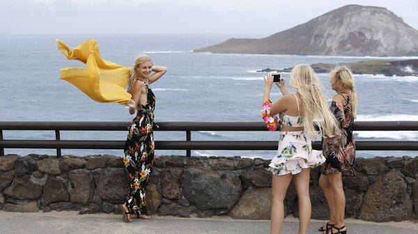 Туристы из Германии на побережье Гавайев