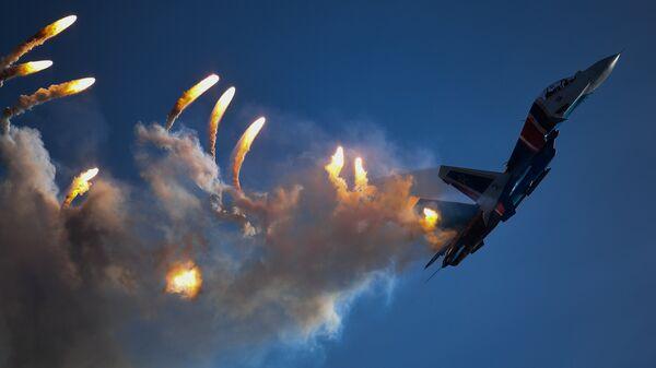 Многоцелевой истребитель Су-30СМ пилотажной группы Русские витязи на закрытии IV Международного военно-технического форума Армия-2018