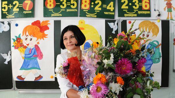 Учительница на уроке в День знаний в школе № 50 в Чите