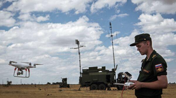 Военнослужащий управляет беспилотником