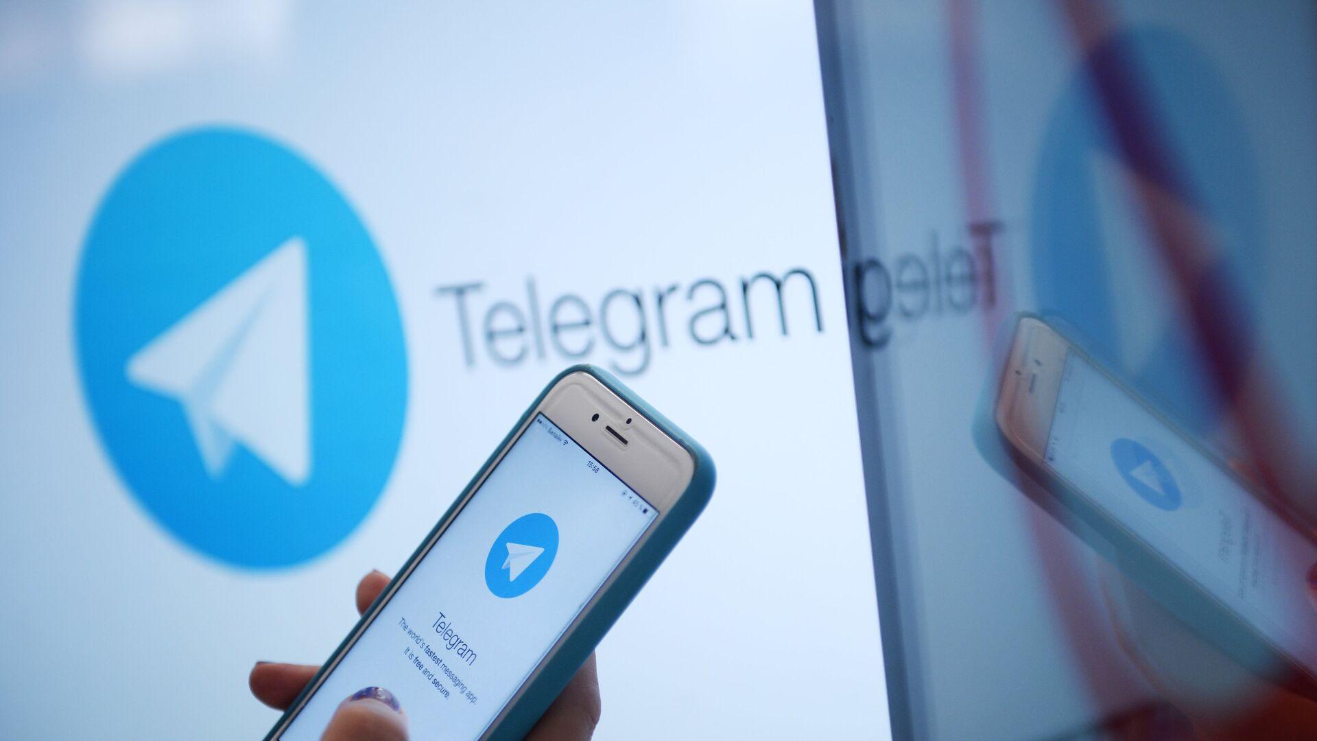 Логотип мессенджера Telegram на экране монитора и телефона - РИА Новости, 1920, 29.01.2021