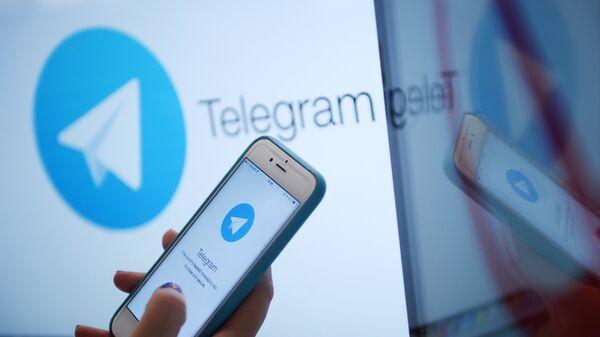 Логотип мессенджера Telegram на экране монитора и телефона