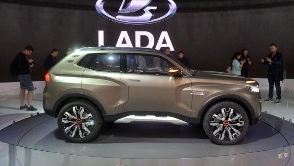 Посетители фотографируют новый автомобиль LADA 4x4 Vision на Московском международном автомобильном салоне 2018