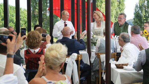 Президент РФ Владимир Путин на свадьбе министра иностранных дел Австрии Карин Кнайсль и финансиста Вольфганга Майлингера. 18 августа 2018