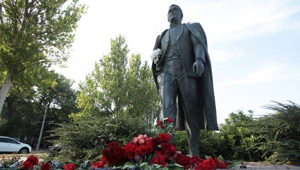 Цветы в память об Иосифе Кобзоне у памятника певцу в Донецке