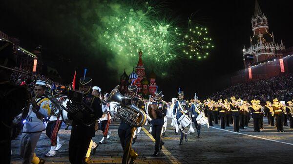 Салют на торжественной церемонии открытия XI Международного военно-музыкального фестиваля Спасская башня на Красной площади в Москве