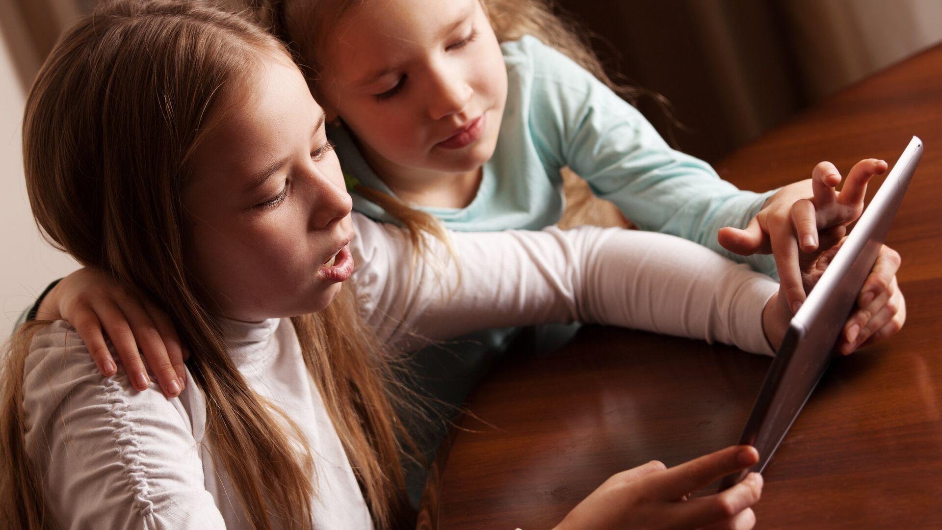 Подростки сидят за столом с планшетом - РИА Новости, 1920, 28.12.2020