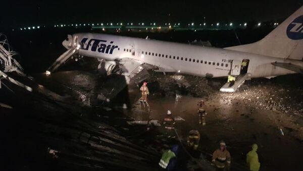 Сотрудники МЧС во время ликвидации последствий ЧП с самолетом Boeing 737 авиакомпании Utair, следовавшим из Москвы в Сочи. 1 сентября 2018