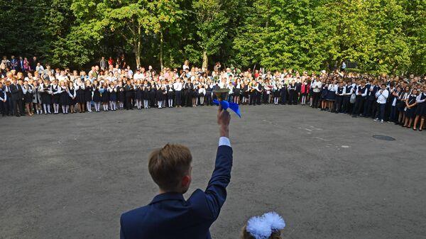 Ученики Аэрокосмического лицея №13 города Химки во время торжественной линейки, посвященной Дню знаний. 1 сентября 2018