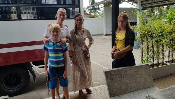 Жены россиян, арестованных в Паттайе во время секс-тренинга Лесли, возле тюрьмы Паттайи перед свиданием с мужьями