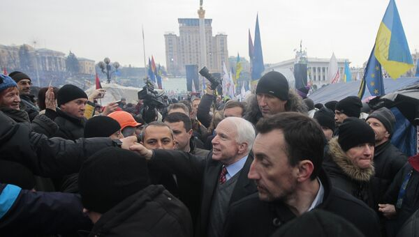 Американский сенатор Джон Маккейн на площади Независимости в Киеве, Украина. 15 декабря 2013