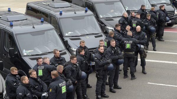 Сотрудники полиции во время акции протеста в Хемнице, Германия. 1 сентября 2018