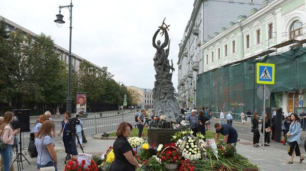 Люди возлагают цветы к монументу В память о жертвах трагедии в Беслане в Москве в День солидарности в борьбе с терроризмом