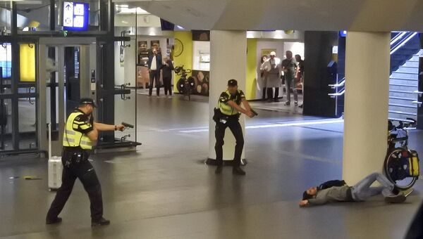 Голландские полицейские нейтрализуют 19-летнего мужчину, который перед этим напал с ножом на двух посетителей железнодорожного вокзала в Амстердаме.31 августа 2018