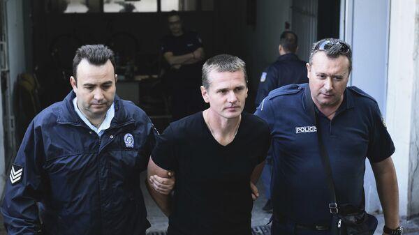 Полицейские сопровождают Александра Винника