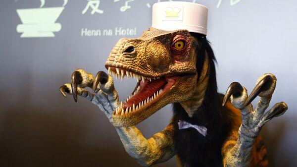 Робот-динозавр на стойке регистрации в Henn na Hotel в Японии