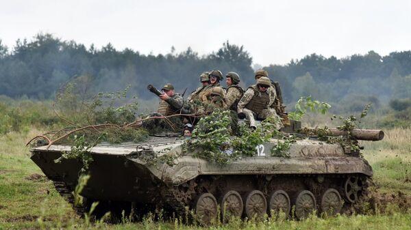 Военнослужащие вооруженных сил Украины и армейских подразделений иностранных государств на боевой машине пехоты БМП-2 во время активной фазы военных учений Репид Трайдент - 2018