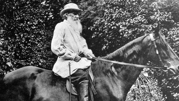 Лев Николаевич Толстой катается на лошади в Ясной Поляне