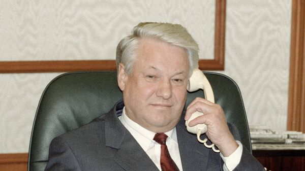 Президент РФ Борис Ельцин поздравляет по телефону Билла Клинтона с его победой в президентских выборах США. 5 ноября 1992