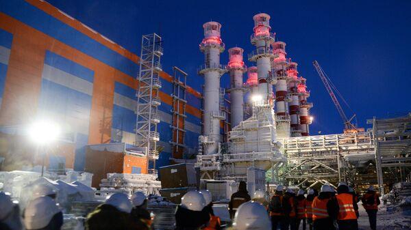 Трубы электростанции на строящемся заводе по производству сжиженного газа