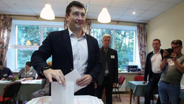 Временно исполняющий обязанности губернатора Нижегородской области Глеб Никитин голосует на избирательном участке в Нижегородской области в единый день голосования