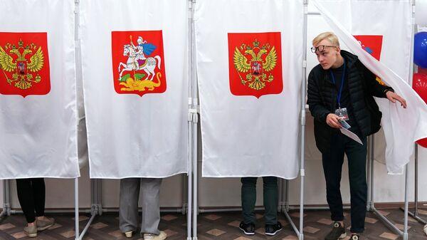 Избиратели в единый день голосования на избирательном участке в Московской области