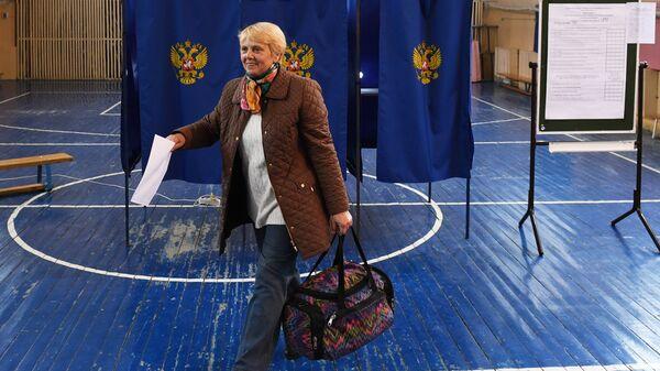 Избирательница в единый день голосования на избирательном участке в Новосибирске