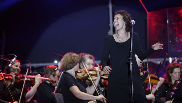 Российская певица Юлия Чичерина выступила в честь 223 годовщины основания Луганска  на главной площади города с симфоническим оркестром Луганской академической филармонии