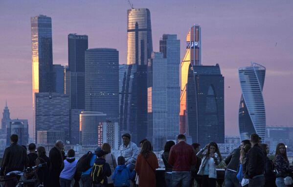 Вид на Международный деловой центр Москва-Сити со стороны смотровой площадки на Воробъевых горах.