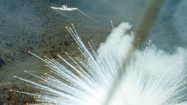 Американский штурмовик A-1E сбрасывает фосфорную бомбу в ходе войны во Вьетнаме, 1966 год