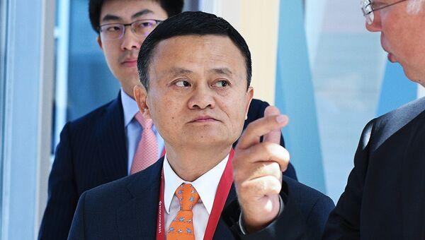 Основатель Alibaba Джек Ма (в центре) и генеральный директор Российского фонда прямых инвестиций (РФПИ) Кирилл Дмитриев