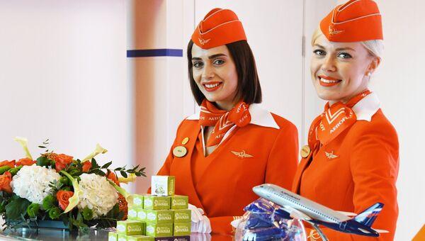 Девушки у стенда авиакомпании Аэрофлот на площадке Восточного экономического форума во Владивостоке