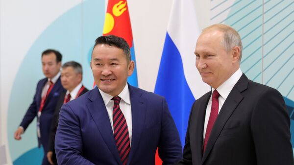 Президент РФ Владимир Путин и президент Монголии Халтмаагийн Баттулга во время встречи на полях IV Восточного экономического форума