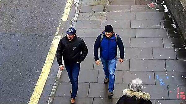 Александр Петров и Руслан Боширов на стоп-кадре записи камеры видеонаблюдения. Архивное фото