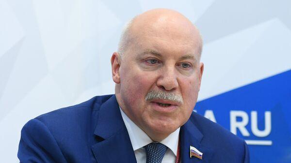 Дмитрий Мезенцев во время интервью на стенде Международного информационного агентства Россия сегодня на IV Восточном экономическом форуме